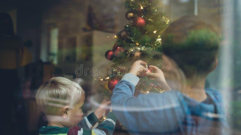 Αγόρια μικρών παιδιών που διακοσμούν το χριστουγεννιάτικο δέντρο στοκ φωτογραφίες με δικαίωμα ελεύθερης χρήσης