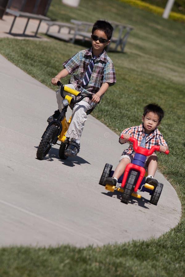 αγόρια ποδηλάτων που οδη& στοκ εικόνες