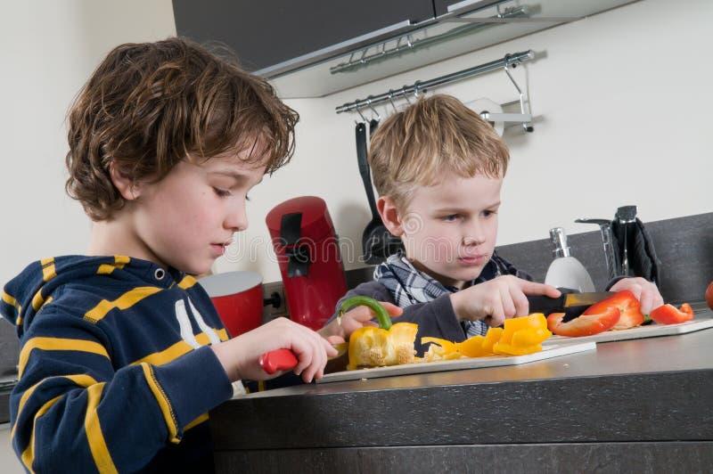 αγόρια που κόβουν το πιπέρ& στοκ φωτογραφία με δικαίωμα ελεύθερης χρήσης