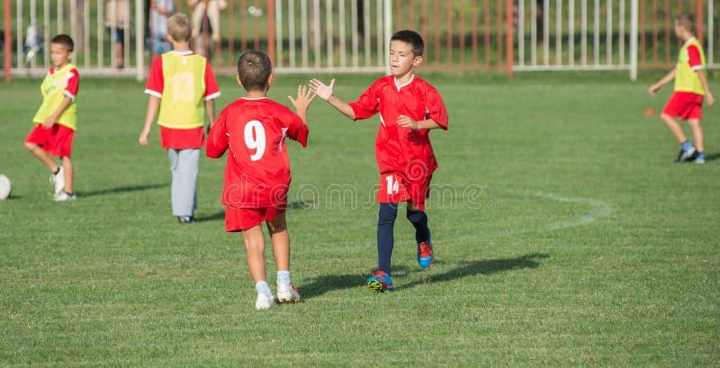 Αγόρια που κλωτσούν το ποδόσφαιρο στοκ φωτογραφία με δικαίωμα ελεύθερης χρήσης
