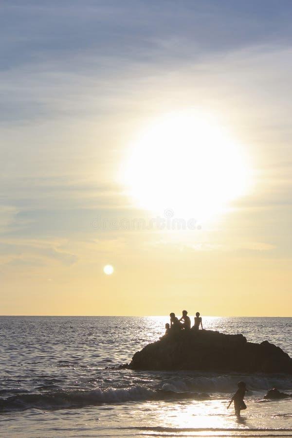 Αγόρια που παίζουν στο ηλιοβασίλεμα στοκ εικόνα
