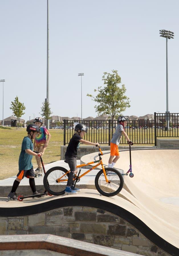 Αγόρια που παίζουν στο πάρκο σαλαχιών στοκ φωτογραφία