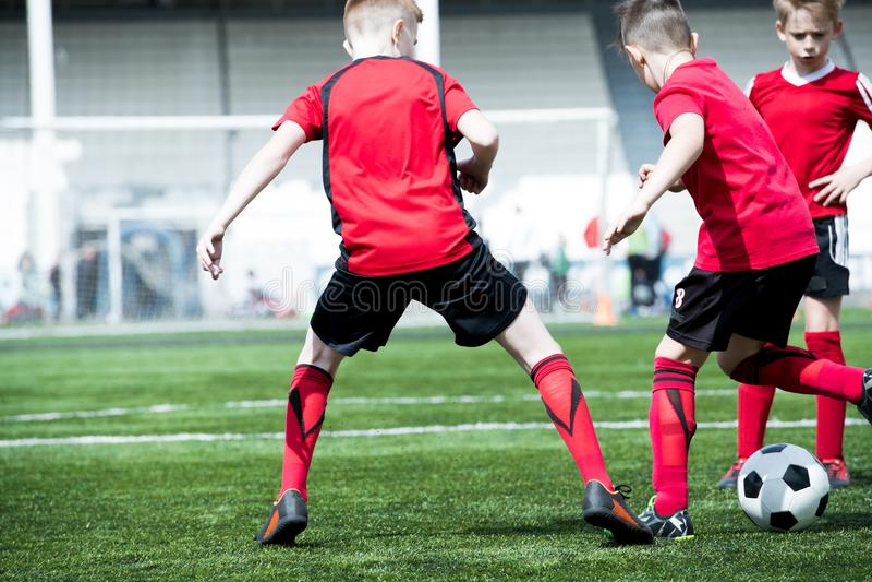 Αγόρια που παίζουν το ποδόσφαιρο στον τομέα στοκ φωτογραφίες με δικαίωμα ελεύθερης χρήσης