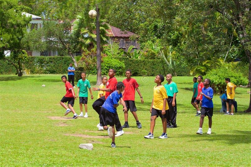 Αγόρια που παίζουν το ποδόσφαιρο στη Δομίνικα στοκ εικόνες