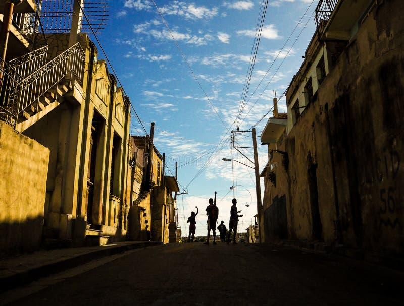 Αγόρια που πετούν selfmade τους ικτίνους σε μια οδό στο Σαντιάγο de Κούβα στοκ φωτογραφίες