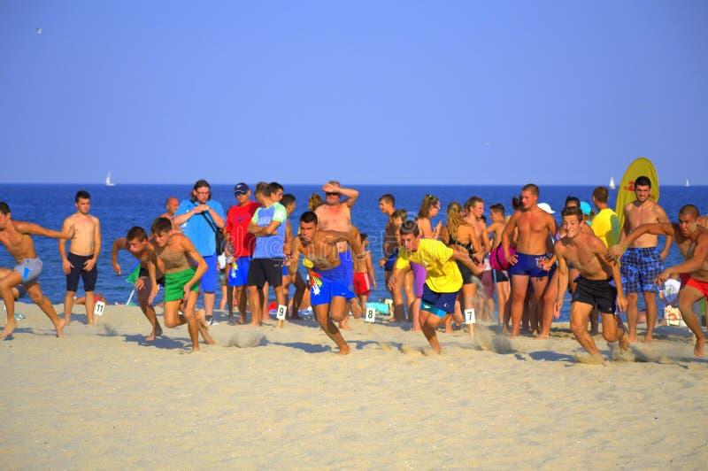 Αγόρια που συναγωνίζονται στην παραλία στοκ φωτογραφίες