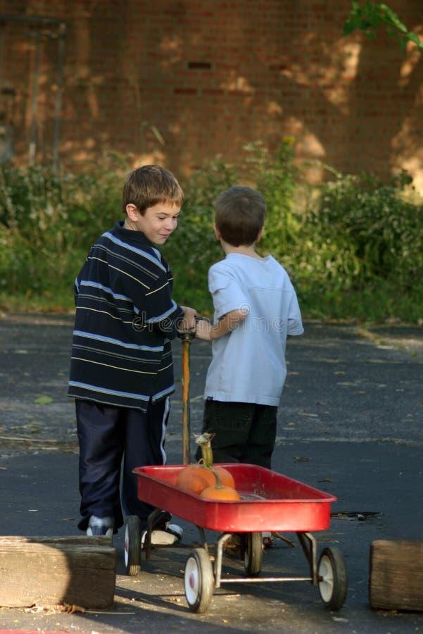 αγόρια που τραβούν το βαγ στοκ εικόνα με δικαίωμα ελεύθερης χρήσης
