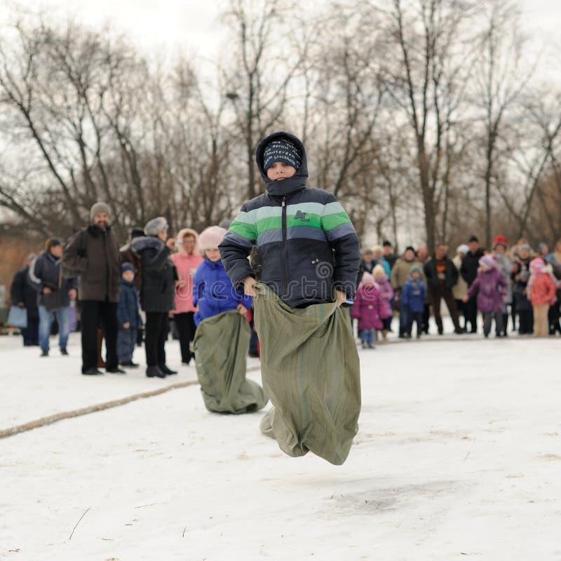 Αγόρια σάκος-που συναγωνίζονται κατά τη διάρκεια του χειμώνα Maslenitsa καρναβάλι στη Ρωσία στοκ εικόνα με δικαίωμα ελεύθερης χρήσης