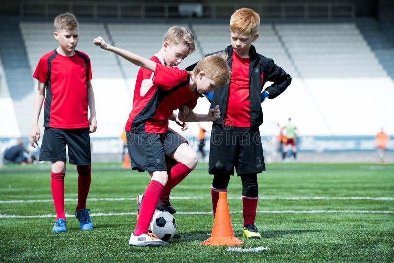 Αγόρια στην πρακτική ποδοσφαίρου στοκ φωτογραφία με δικαίωμα ελεύθερης χρήσης