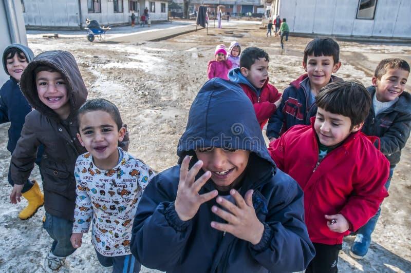 Αγόρια στο στρατόπεδο προσφύγων στο παιχνίδι στοκ εικόνες