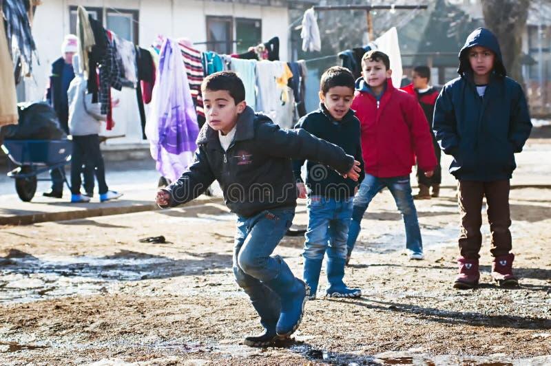 Αγόρια στο στρατόπεδο προσφύγων στο παιχνίδι στοκ εικόνες με δικαίωμα ελεύθερης χρήσης