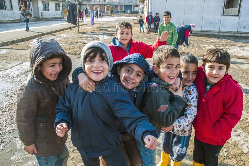 Αγόρια στο στρατόπεδο προσφύγων στο παιχνίδι στοκ εικόνα