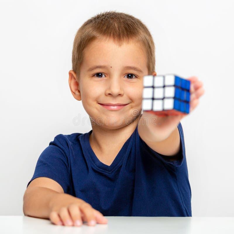 αγόρι έξυπνο Το παιδί έλυσε το πρόβλημα Συνέλεξε έναν κύβο Rubik ` s στοκ εικόνες