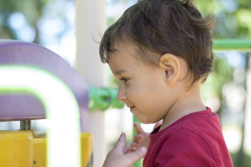 Αγόρι 2 έτη που παίζουν στην παιδική χαρά στοκ εικόνες με δικαίωμα ελεύθερης χρήσης