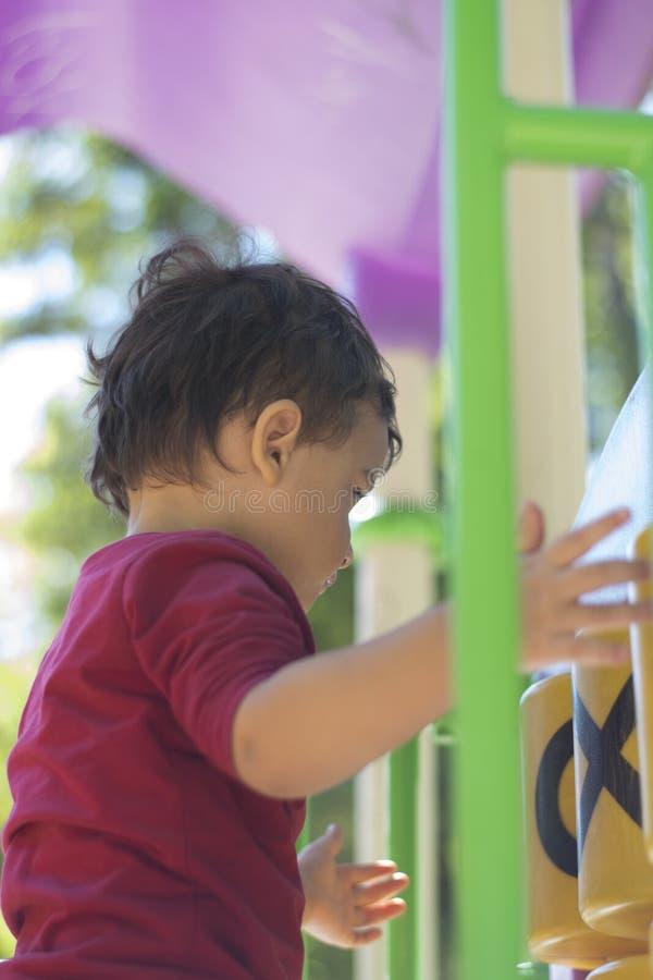 Αγόρι 2 έτη που παίζουν στην παιδική χαρά στοκ φωτογραφίες