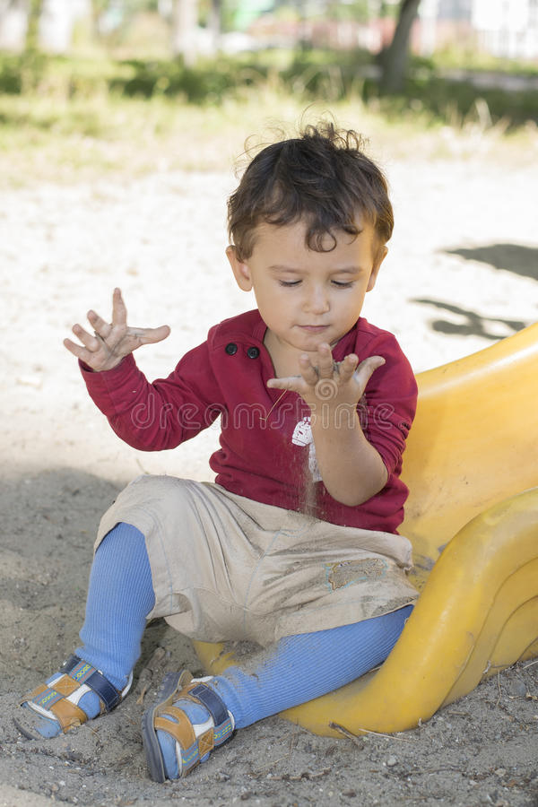 Αγόρι 2 έτη που παίζουν στην παιδική χαρά στοκ εικόνα με δικαίωμα ελεύθερης χρήσης