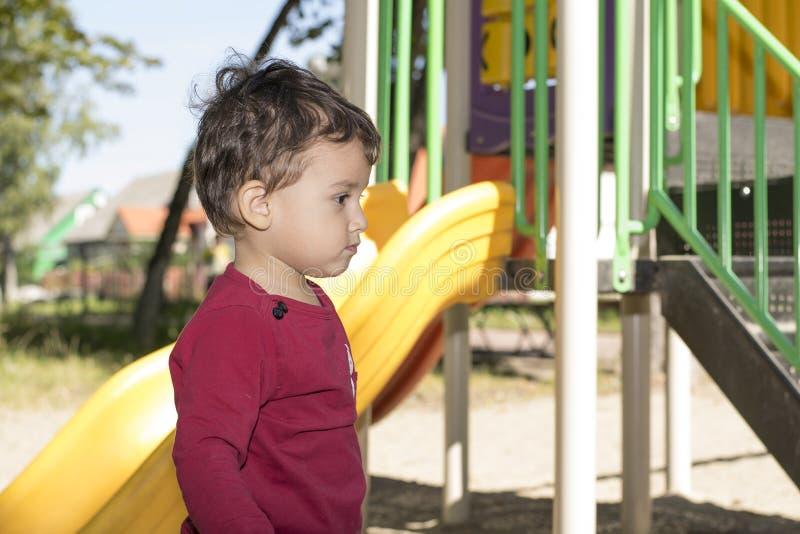 Αγόρι 2 έτη που παίζουν στην παιδική χαρά στοκ εικόνα