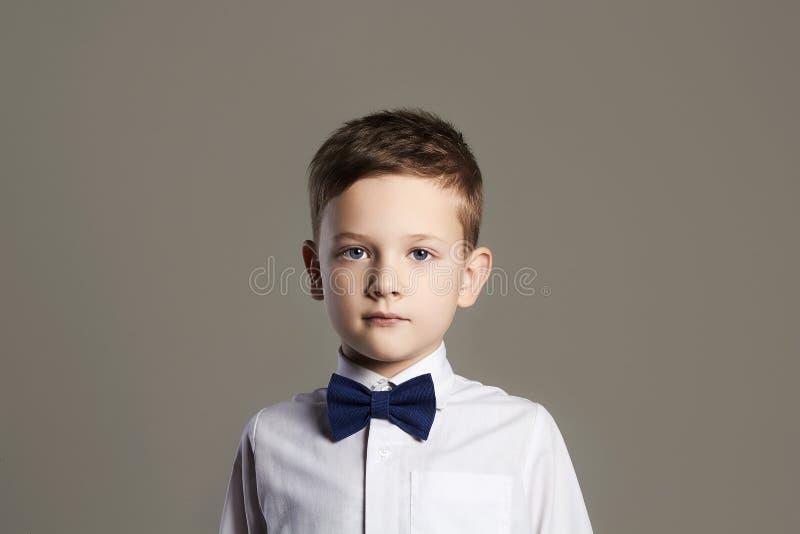 αγόρι λίγα παιδί στο δεσμό κατσίκι μοντέρνο στοκ φωτογραφία