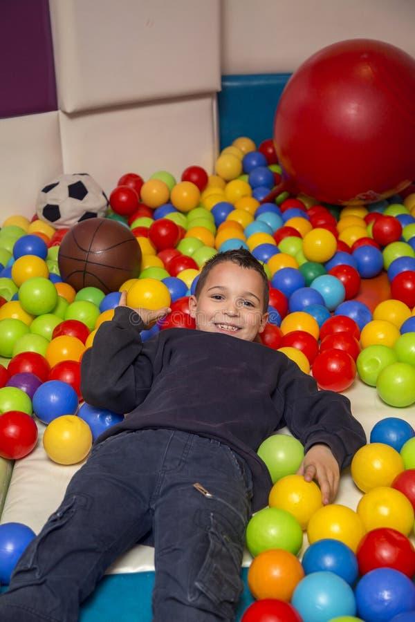 αγόρι λίγη παιδική χαρά στοκ φωτογραφίες με δικαίωμα ελεύθερης χρήσης