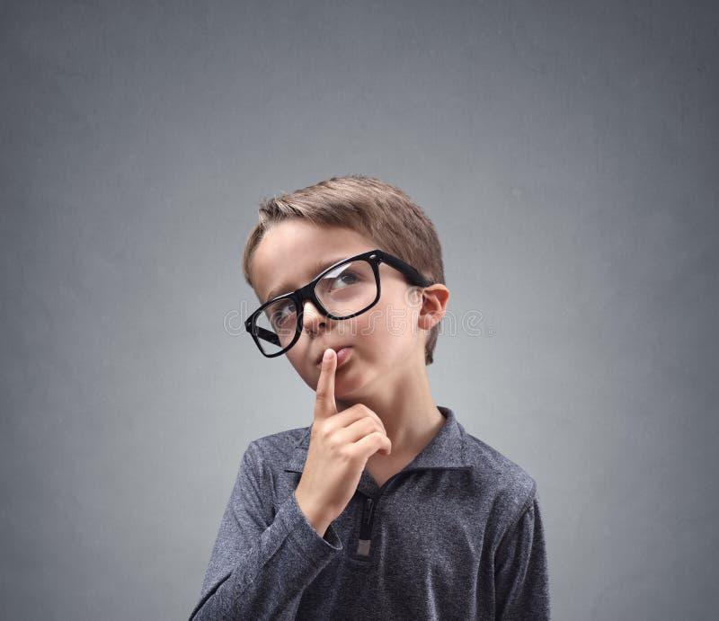 Αγόρι βαθιά στη σκέψη στοκ εικόνα