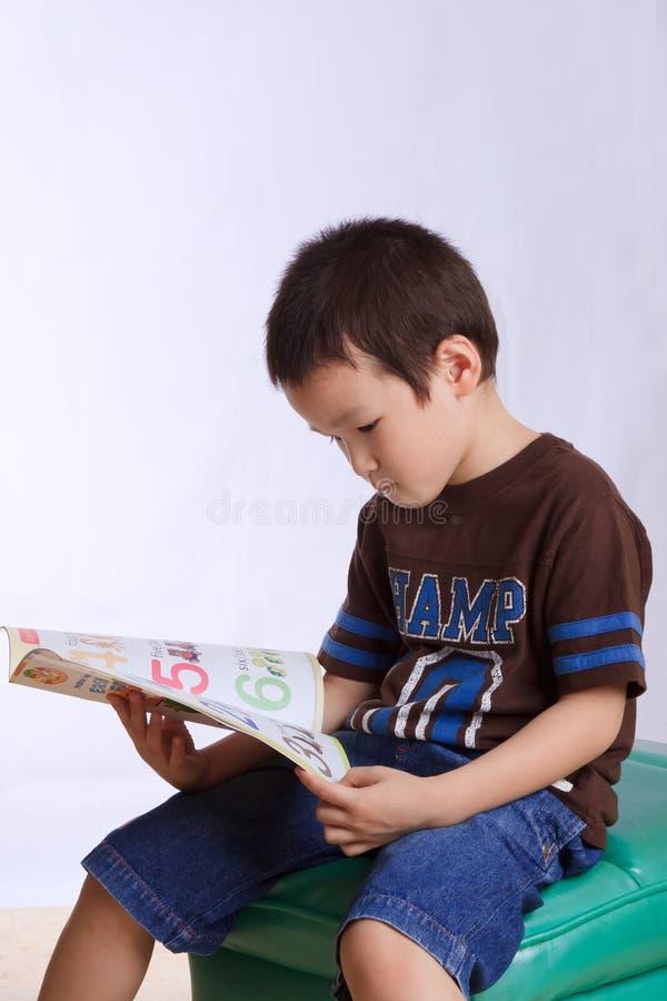 αγόρι βιβλίων που διαβάζε στοκ εικόνα