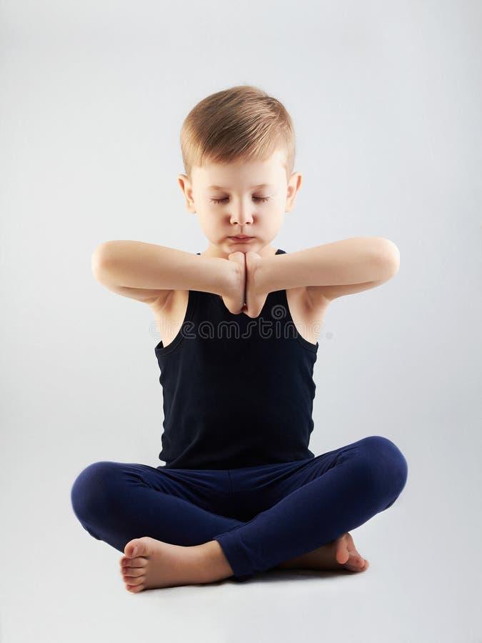 Αγόρι γιόγκας παιδί στη θέση λωτού περισυλλογή και χαλάρωση παιδιών στοκ φωτογραφίες με δικαίωμα ελεύθερης χρήσης