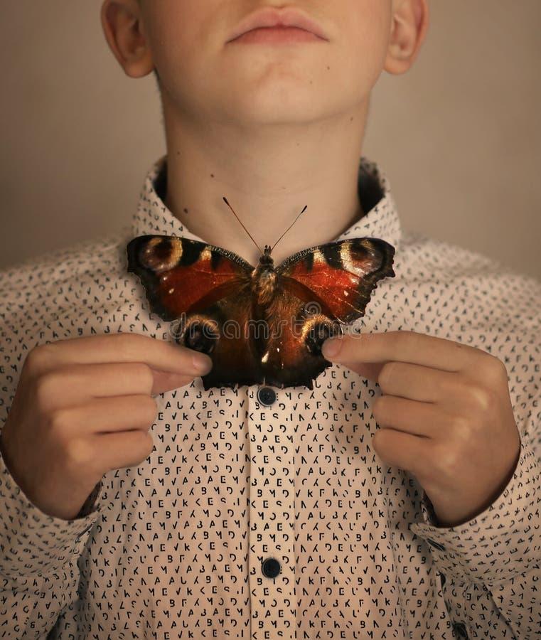 Αγόρι εφήβων με το δεσμό τόξων πεταλούδων στοκ φωτογραφίες
