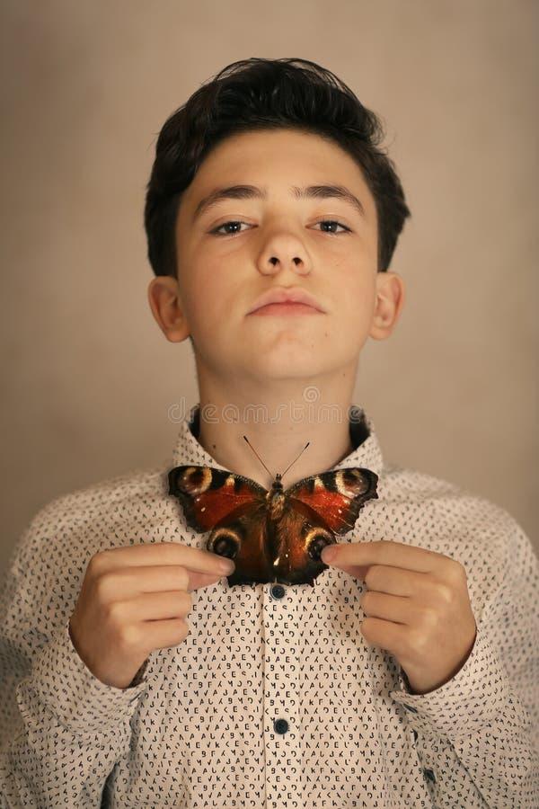 Αγόρι εφήβων με το δεσμό τόξων πεταλούδων στοκ εικόνες με δικαίωμα ελεύθερης χρήσης