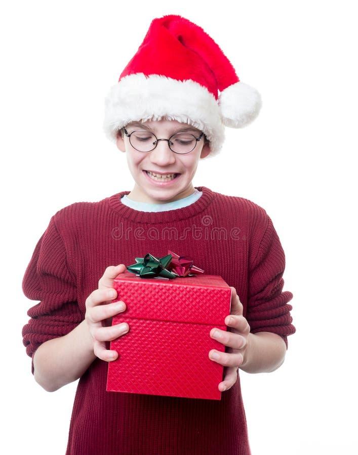 Αγόρι εφήβων με το καπέλο και το παρόν Χριστουγέννων στοκ εικόνα