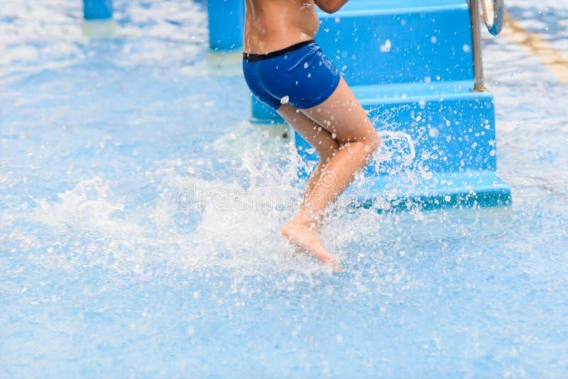 Αγόρι θαμπάδων κινήσεων που τρέχει στη λίμνη στοκ εικόνες