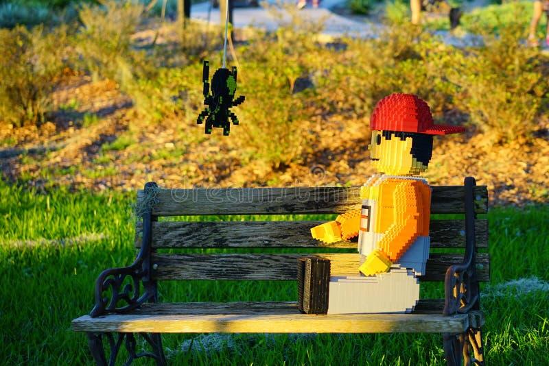 Αγόρι και αράχνη Lego (διακόσμηση αποκριών) σε Legoland Φλώριδα στοκ φωτογραφία με δικαίωμα ελεύθερης χρήσης