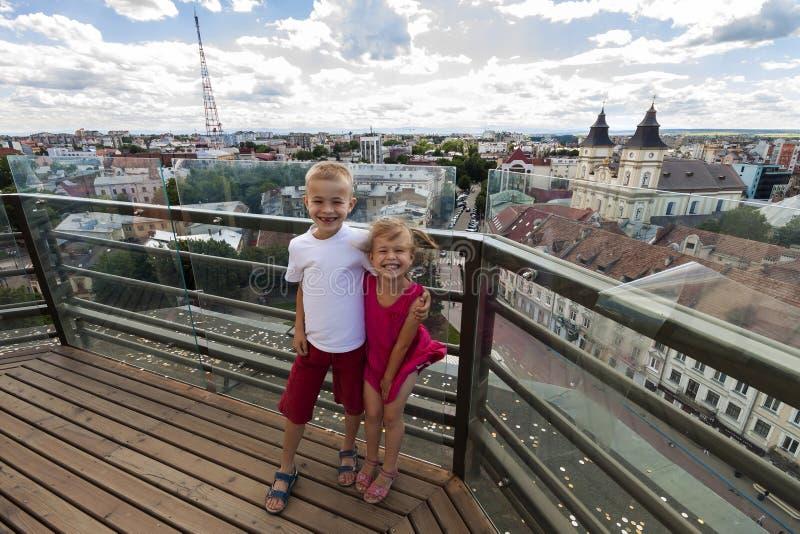 Αγόρι και κορίτσι δύο μικρό παιδιών που γελούν ευτυχώς ενώ επισκεπτόμενο διάσημο ορόσημο στοκ φωτογραφία με δικαίωμα ελεύθερης χρήσης