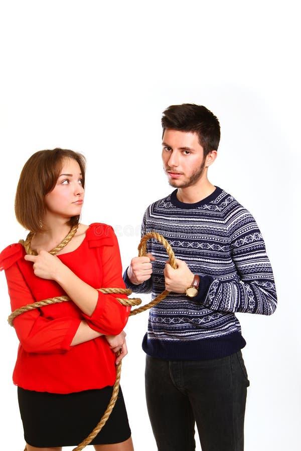 αγόρι και κορίτσι που δένονται με το σχοινί που απομονώνεται στην άσπρη ανασκόπησηα στοκ φωτογραφίες
