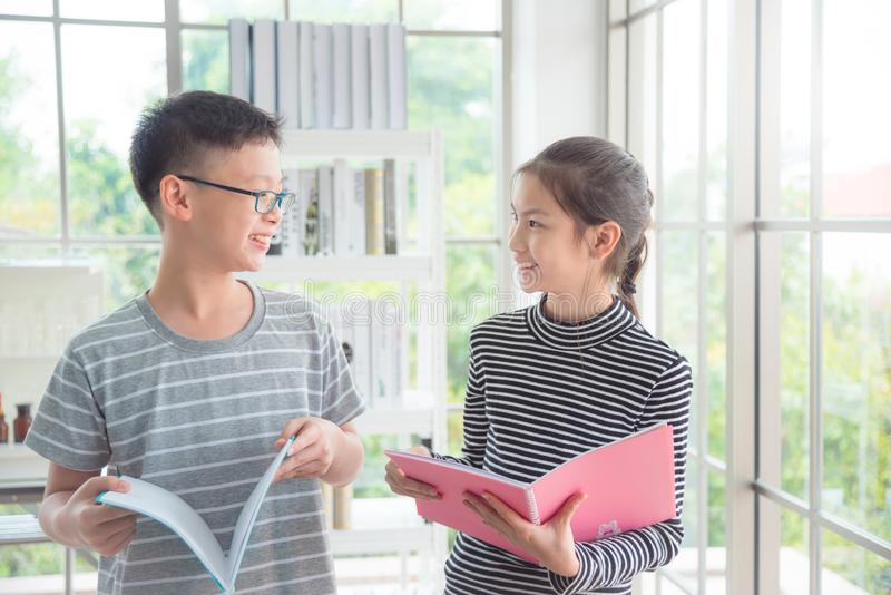 Αγόρι και κορίτσι που μιλούν και που χαμογελούν στην τάξη στοκ εικόνες με δικαίωμα ελεύθερης χρήσης