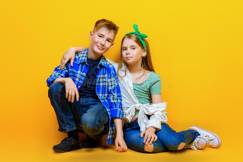 Αγόρι και κορίτσι προ-εφήβων στοκ φωτογραφία