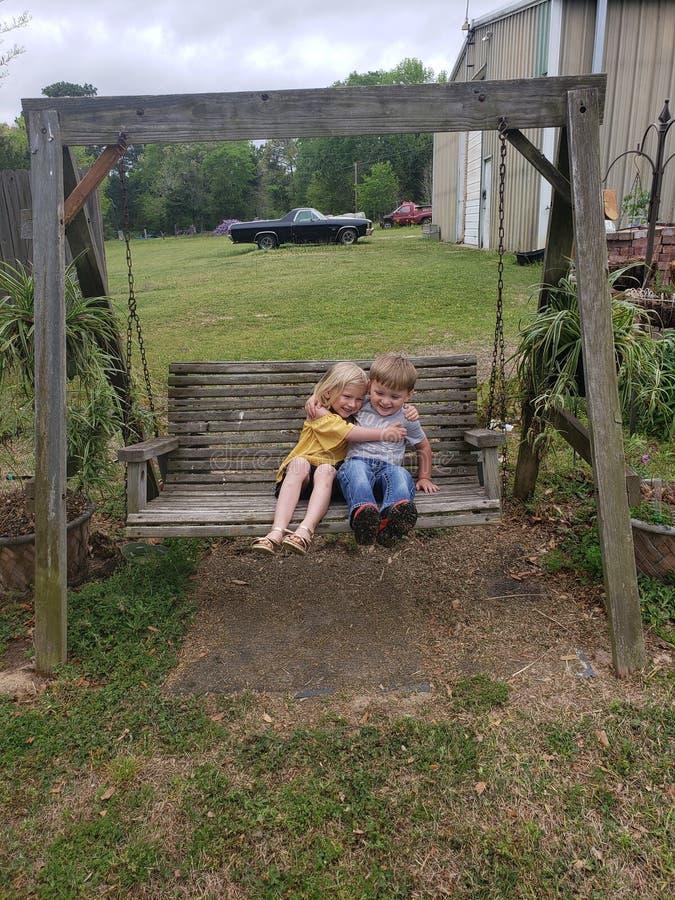 Αγόρι και κορίτσι στην ταλάντευση στοκ εικόνα
