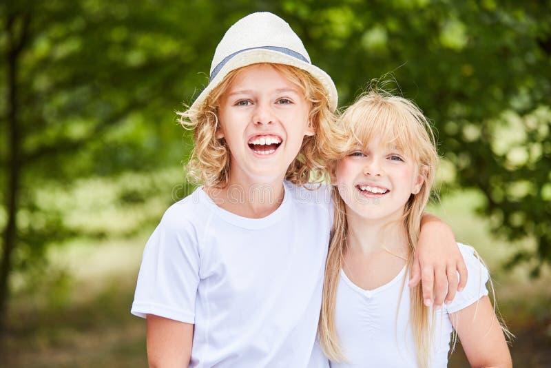 Αγόρι και κορίτσι ως ζεύγος αμφιθαλών στοκ εικόνες