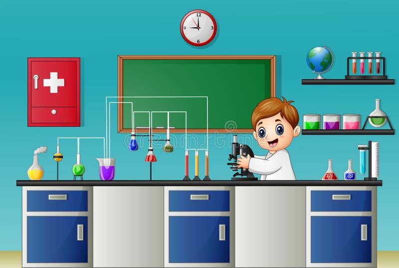 Αγόρι κινούμενων σχεδίων που πειραματίζεται με το μικροσκόπιο στο χημικό εργαστήριο διανυσματική απεικόνιση