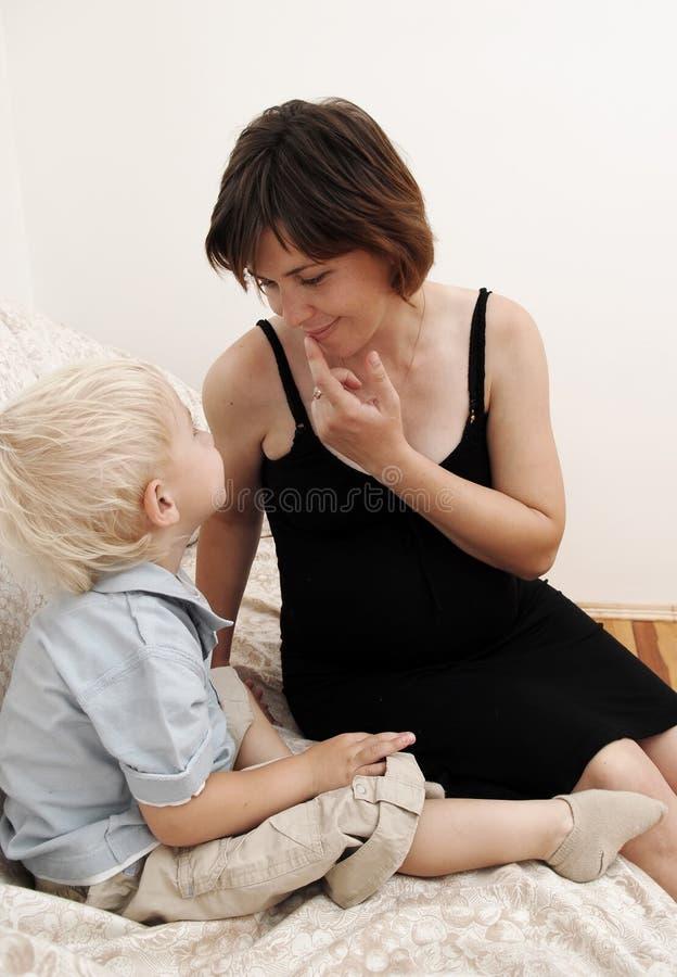 αγόρι λίγη έγκυος γυναίκ&alp στοκ φωτογραφία με δικαίωμα ελεύθερης χρήσης