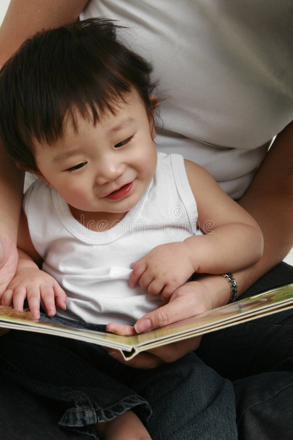 αγόρι λίγη ανάγνωση στοκ φωτογραφία
