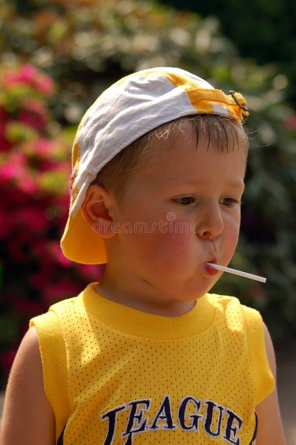 αγόρι λίγο lollipop στοκ φωτογραφία