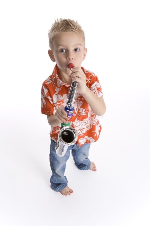 αγόρι λίγο saxophone παιχνιδιού στοκ φωτογραφία