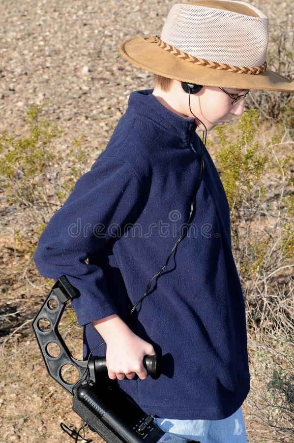 Αγόρι με ένα κυνήγι θησαυρών ανιχνευτών μετάλλων στοκ εικόνες με δικαίωμα ελεύθερης χρήσης