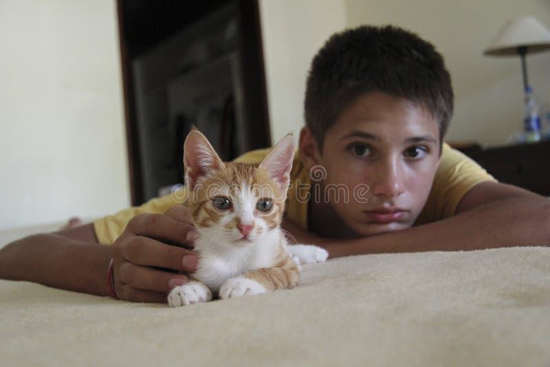 Αγόρι με μια γάτα σε έναν κακό στοκ εικόνα με δικαίωμα ελεύθερης χρήσης