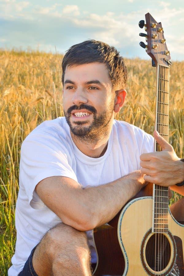 Αγόρι με μια κιθάρα στον τομέα στοκ εικόνες με δικαίωμα ελεύθερης χρήσης