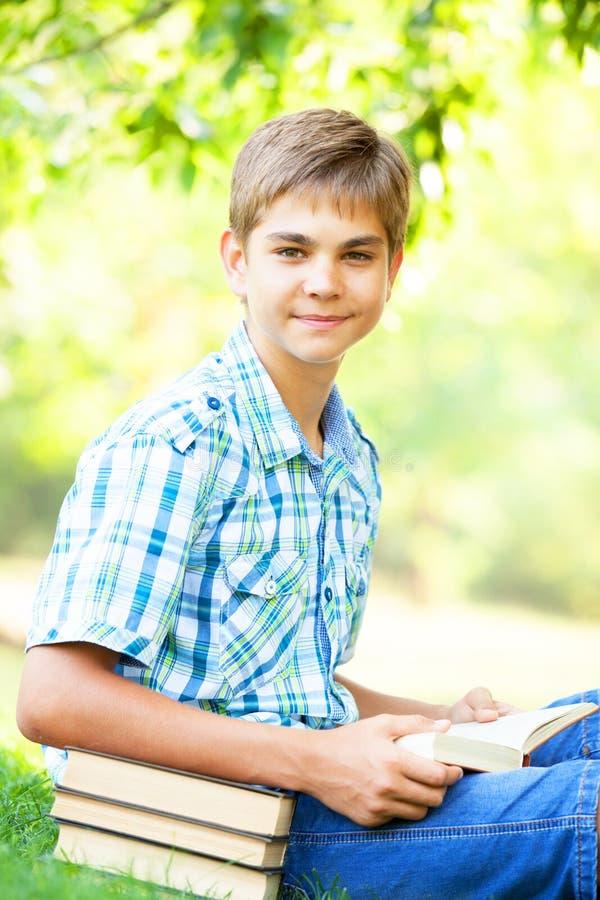 Αγόρι με τα βιβλία στοκ φωτογραφία