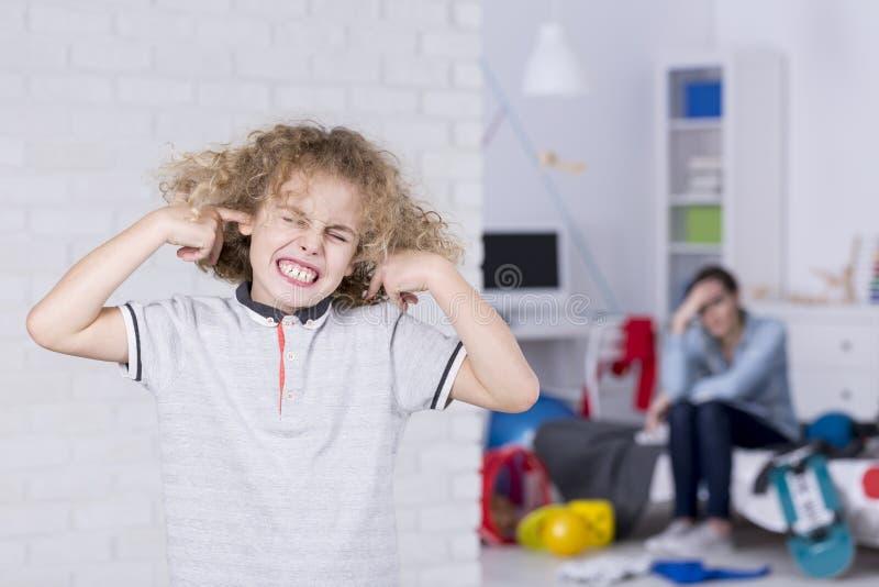 Αγόρι με τα συνδεμένα αυτιά στοκ φωτογραφία με δικαίωμα ελεύθερης χρήσης