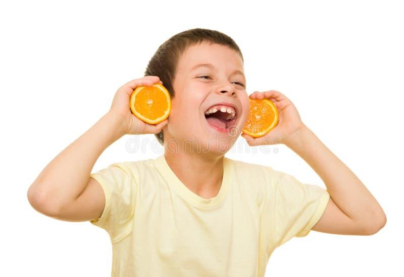 Αγόρι με τα τεμαχισμένα πορτοκάλια στοκ εικόνα