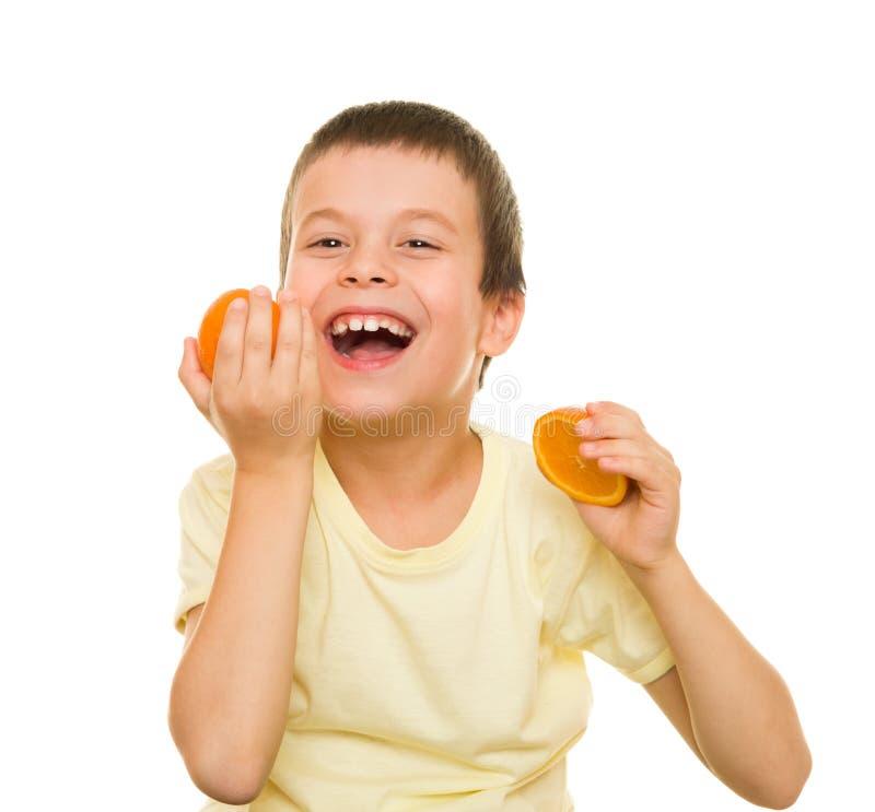 Αγόρι με τα τεμαχισμένα πορτοκάλια στοκ εικόνα με δικαίωμα ελεύθερης χρήσης