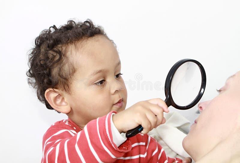 Αγόρι με την ενίσχυση - γυαλί στοκ φωτογραφίες με δικαίωμα ελεύθερης χρήσης